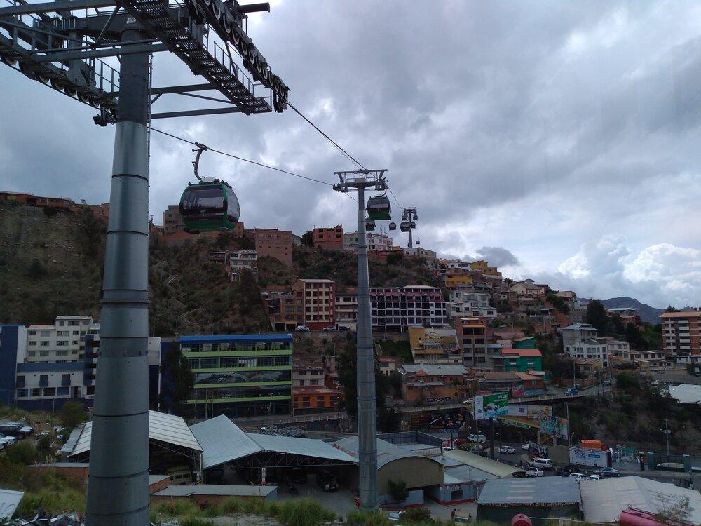 Pohled nazelenou lanovku ze stanice Chuqui Apu.