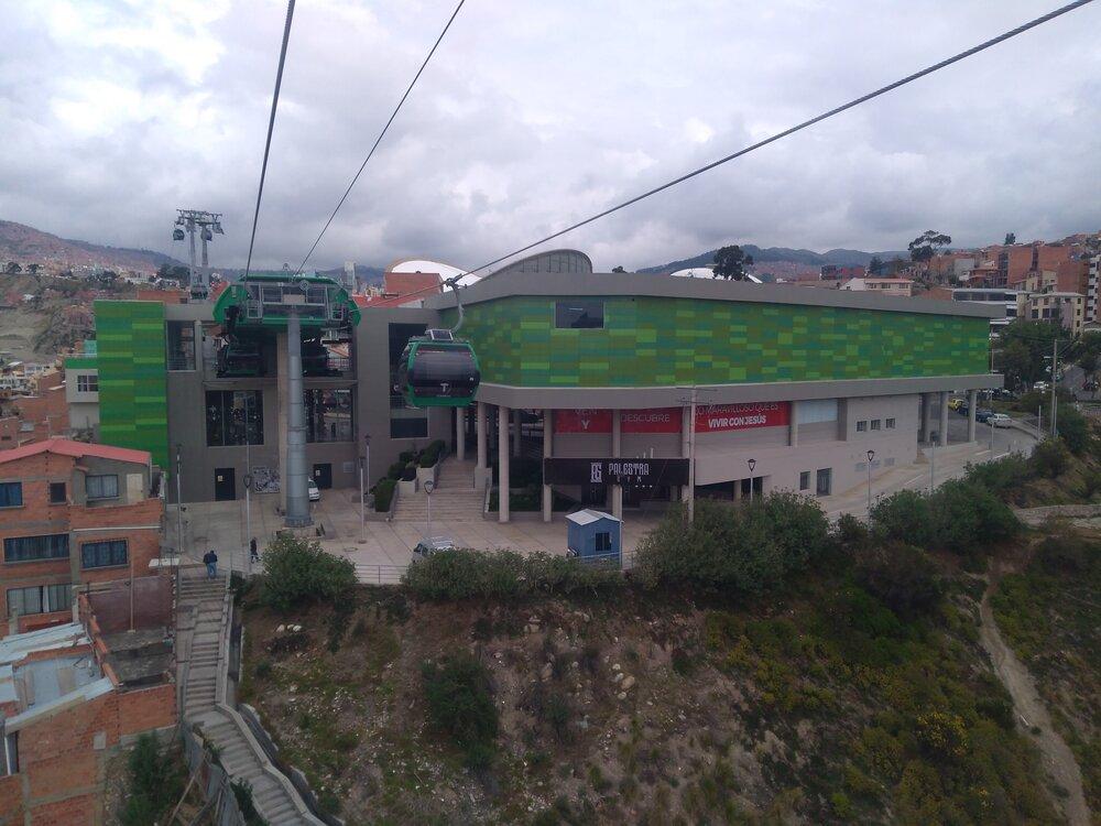 Pohled nastanici Pata Obrajes (ve směru od stanice Aynacha Obrajes).
