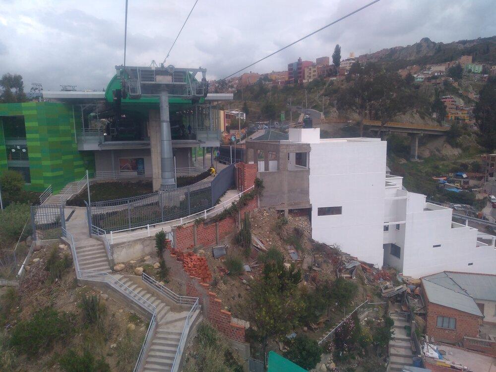 Stanice Aynacha Obrajes při pohledu ve směru od konečné Irpawi (2x).