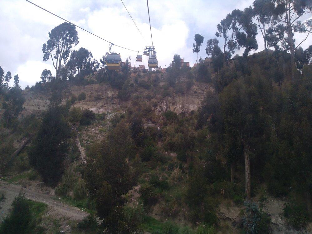 Natomto a dalších šesti snímcích vidíme strmé stoupání ke koncové stanici Qhana Pata (již ve městě El Alto) a také impozantní výhledy naLa Paz. Načtvrtém snímku vpořadí lze odhalit centrum La Pazu, které je zhruba uprostřed snímku vjeho levé polovině.