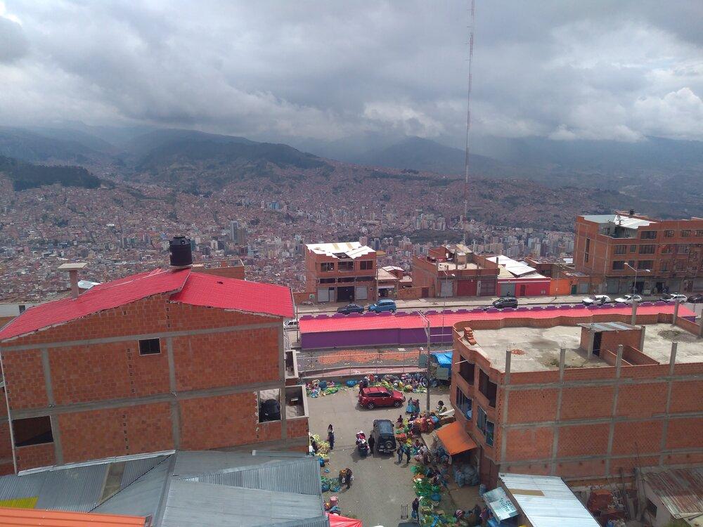 Pohled zEl Alta naLa Paz. Vlevé části snímku (dole vúdolí) je centrum La Pazu.