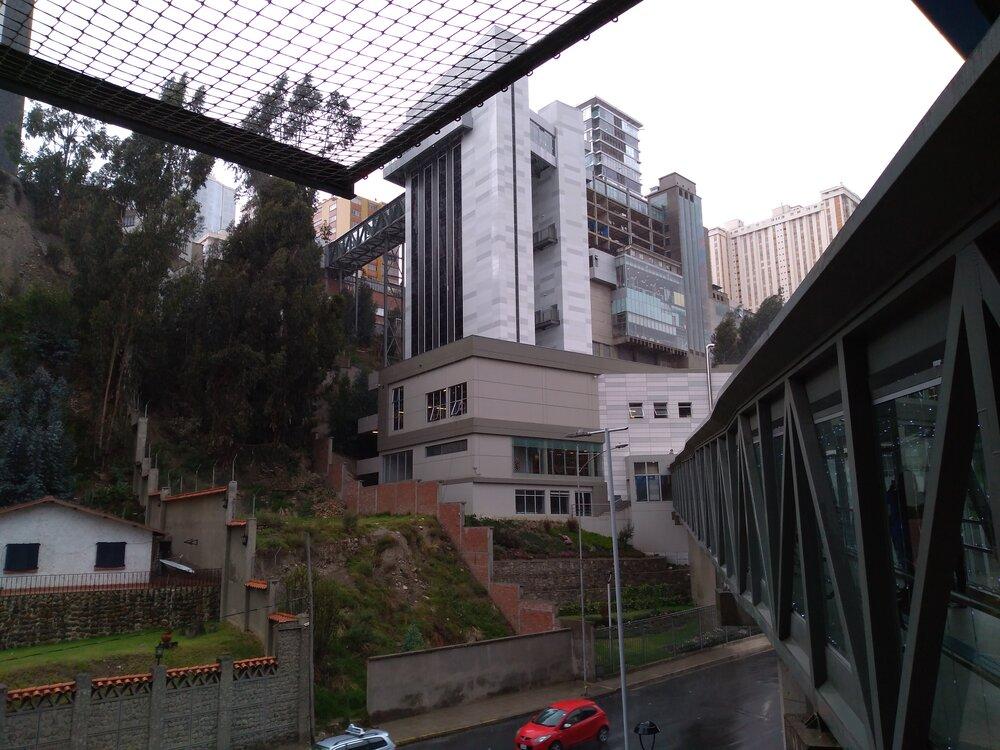Pohled navěž od stanice modré linky.