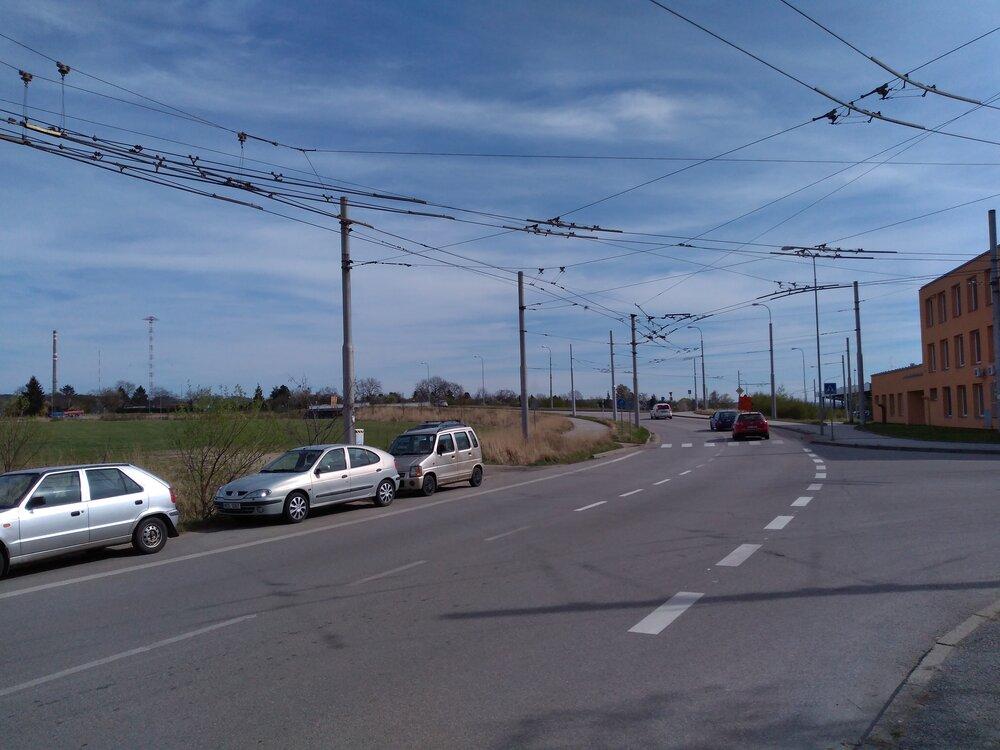 Pohled od hlavní brány vozovny směrem kcentru. Zde trať začíná (viz schéma výše).