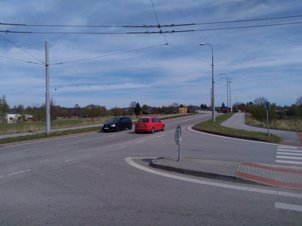 Pohled napřemostění ulice Generála Píky. Po něm se budou trolejbusy vracet do vozovny. Vpravo vidíme odbočení natuto ulici, po kterém budou naopak jezdit trolejbusy ve směru od vozovny. Stopa nasnímku vede do zadního traktu vozovny.