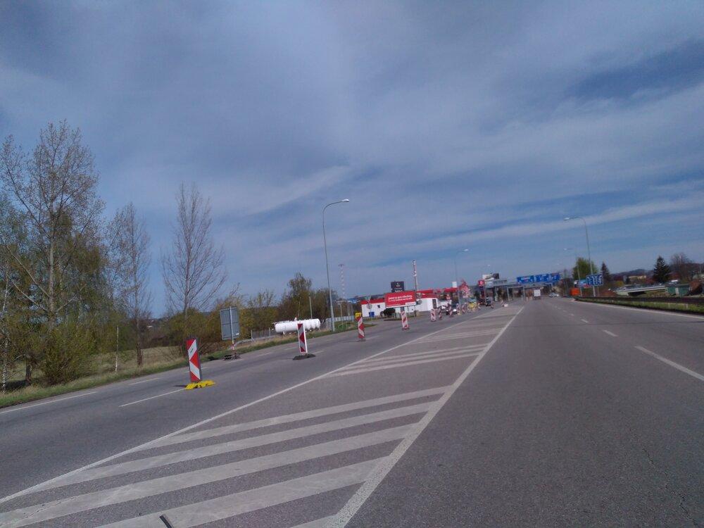 Tento nevydařený snímek zachycuje pohled zprostředku Nádražní ulice ve směru od ulice Pražské.