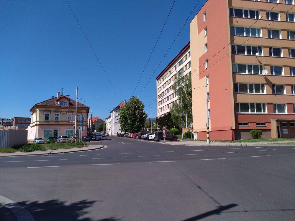 Zde se nacházíme nakřižovatce ulice Zemská (směřuje do dáli) sulicemi Stanová (končí vlevo) a Jana Koziny (končí vpravo). Právě vpříčném směru povede zhruba 600 m nových trolejí.