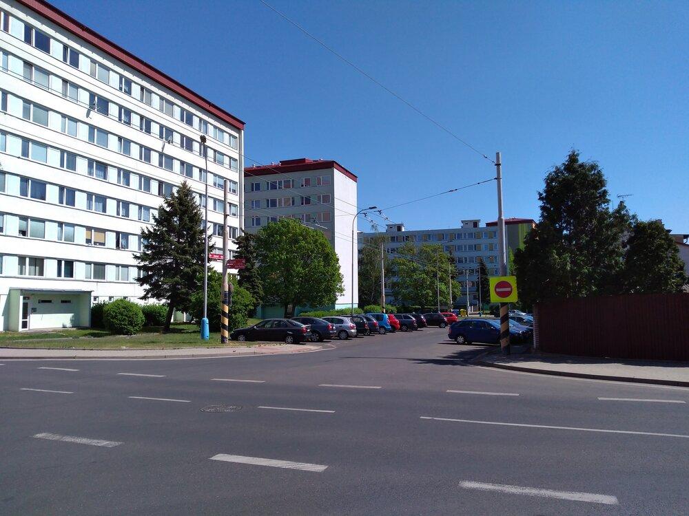 Pohled najednosměrnou část ulice Zemská.