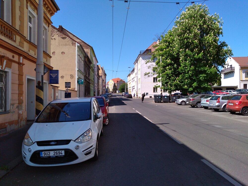 Zde už vidíme obousměrný úsek ulice Zemská. Troleje zde mají být sneseny.
