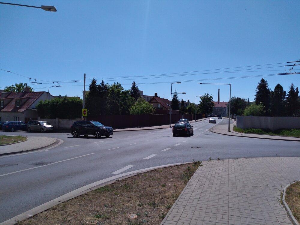 Pohled zpět kulici Stanová. Příčně je ulice Zemská (smyčka Zemská je tedy vpravo).