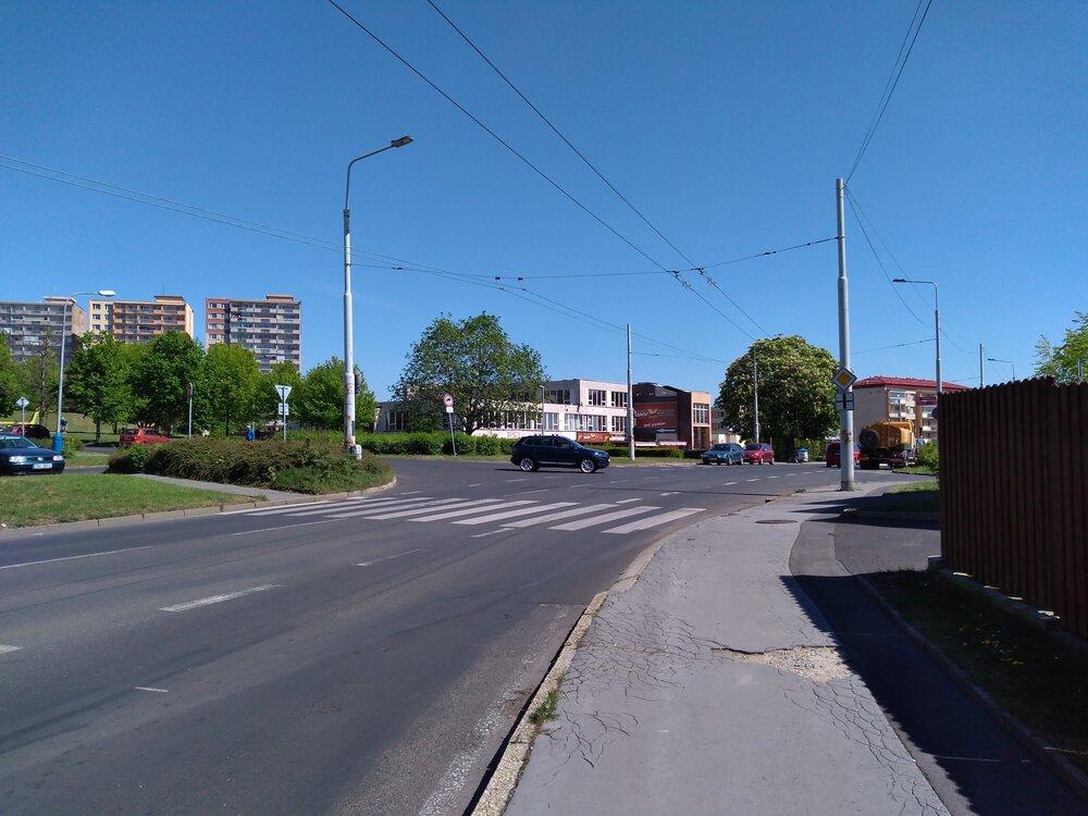 Pokračujeme pohledem ve směru do centra. Vlevo vidíme ulici, po které budou trolejbusy nově jezdit, jedná se oulici Obránců míru. Vjíždět do ní bude možné zobou směrů ulice Přítkovská (tj. bude zde trolejový trojúhelník).