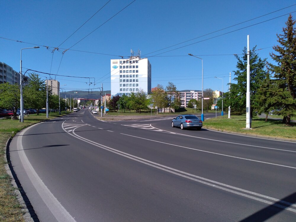 A zde již vidíme ulici Přítkovská (vlevo) sulicí Bohosudovskou (vpravo). Vjíždět do ulice Bohosudovská bude možné zobou směrů ulice Přítkovská (tj. bude zde trolejový trojúhelník).