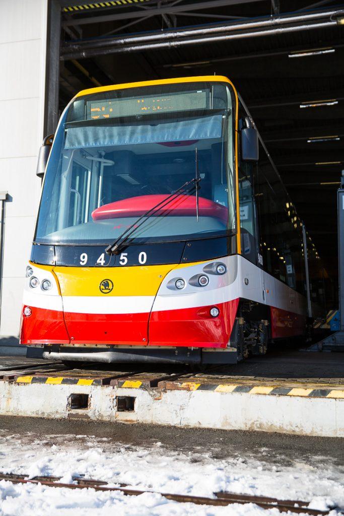 Tramvaj Škoda 15T ev. č. 9450 je poslední – 250. – tramvají ForCity Alfa dodanou do Prahy. (foto: Škoda Transportation)