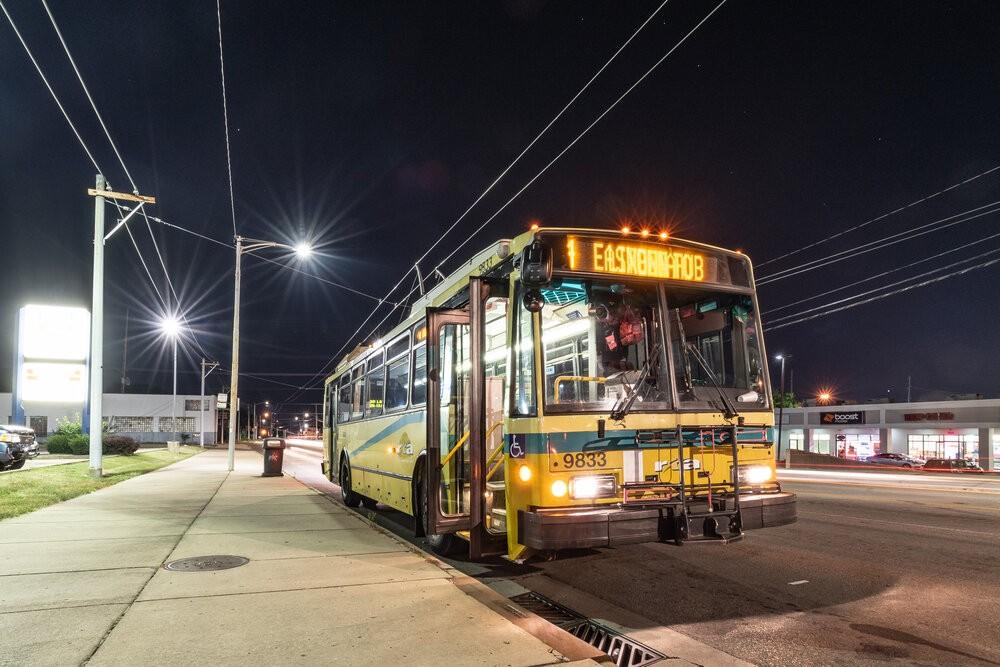 Trolejbus Škoda 14 TrE2 ev. č. 9833 na trase linky číslo 4, která byla jedinou, na níž bylo možné české trolejbusy do 7. 12. 2019 ještě zastihnout. (foto: Honza Tran)