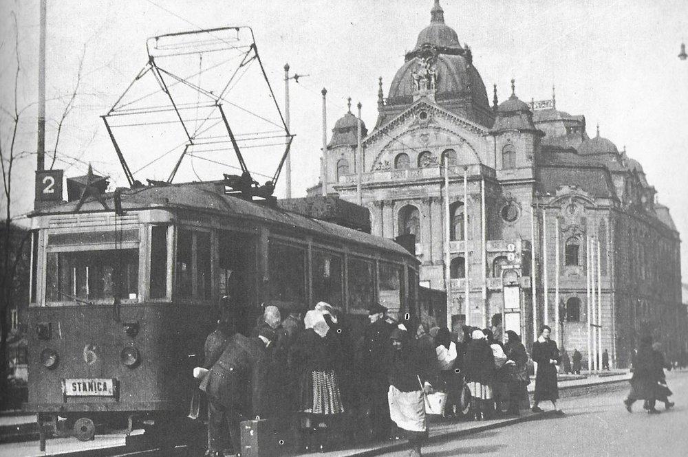 Přes centrální náměstí sice jsou vedeny koleje, tramvaje zde ale už nejezdí. Na snímku vidíme novostavbu vozu ev. č. 6 postaveného po druhé světové válce na podvozku ex-pražské tramvaje. (foto: DPMK)