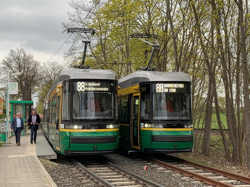 Oba prototypy z Helsinek již ve službách DP v Schöneiche. (foto: Škoda Transportation)