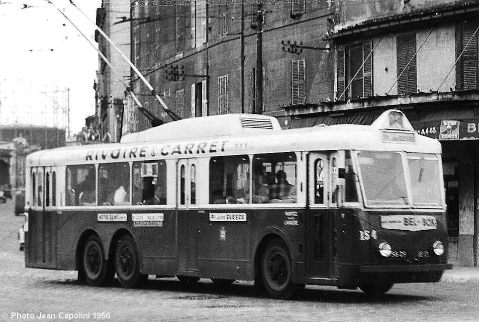 Na snímku ze září 1956 vidíme marseillský vůz typu VA3 ev. č. 154 nalince č. 26 při průjezdu náměstím Cazemajou. (foto: Jean Capolini)