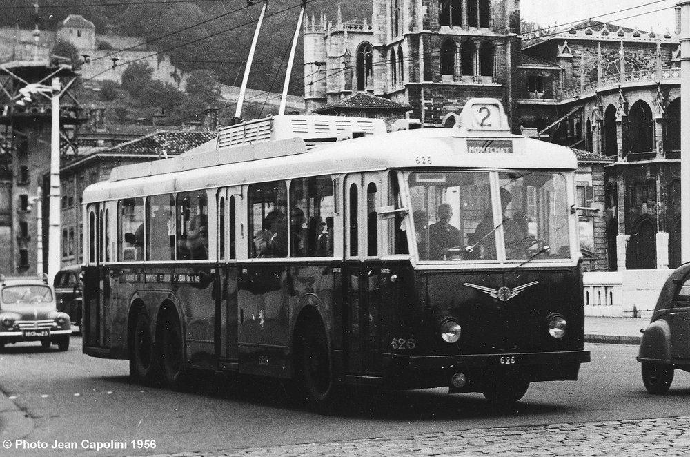 Lyonský vůz typu VA3 ev. č. 626 nalince č. 2 ve směru Montchat byl zachycen vsrpnu 1956 namostě Bonaparte skatedrálou St-Jean Baptiste vpozadí. Povšimněte si odporníků namontovaných nastřechu, díky čemuž mohl být vzimě do salónu cestujících vháněn teplý vzduch. (foto: Jean Capolini)
