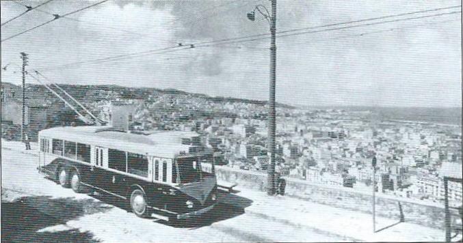 V Alžíru natřídě Bru, dnes nazývanéboulevard des Martyrs, vidíme prototypový vůz typu VA3, který měl uprostřed, narozdíl od sériových vozů pro TA a CFRA,pouze dvoudílné dveře. Vůz byl zachycen roku 1948 nalince B.