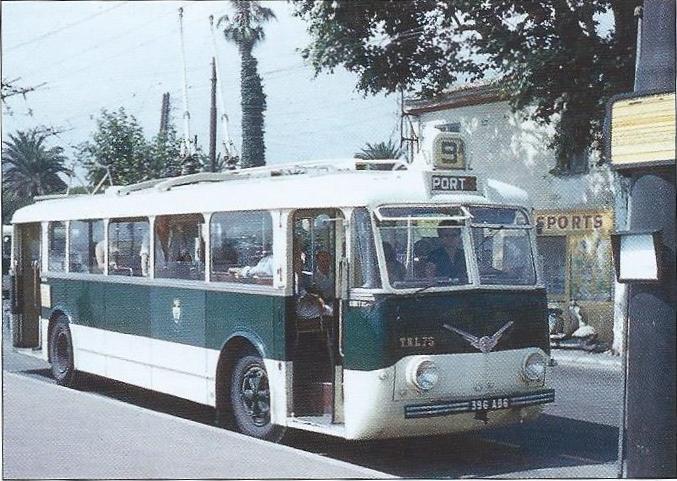Niceský vůz ev. č. 75 se chystá vyjet nadalší spoj linky č. 9. (foto: Jean-Henri Manara)