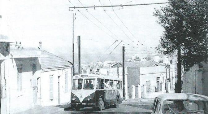 Vůz VDB společnosti TA nalince H směřující křímskokatolické bazilice Notre Dame d'Afrique byl zachycen nasnímku zroku 1957. (foto: J. La Rosa)