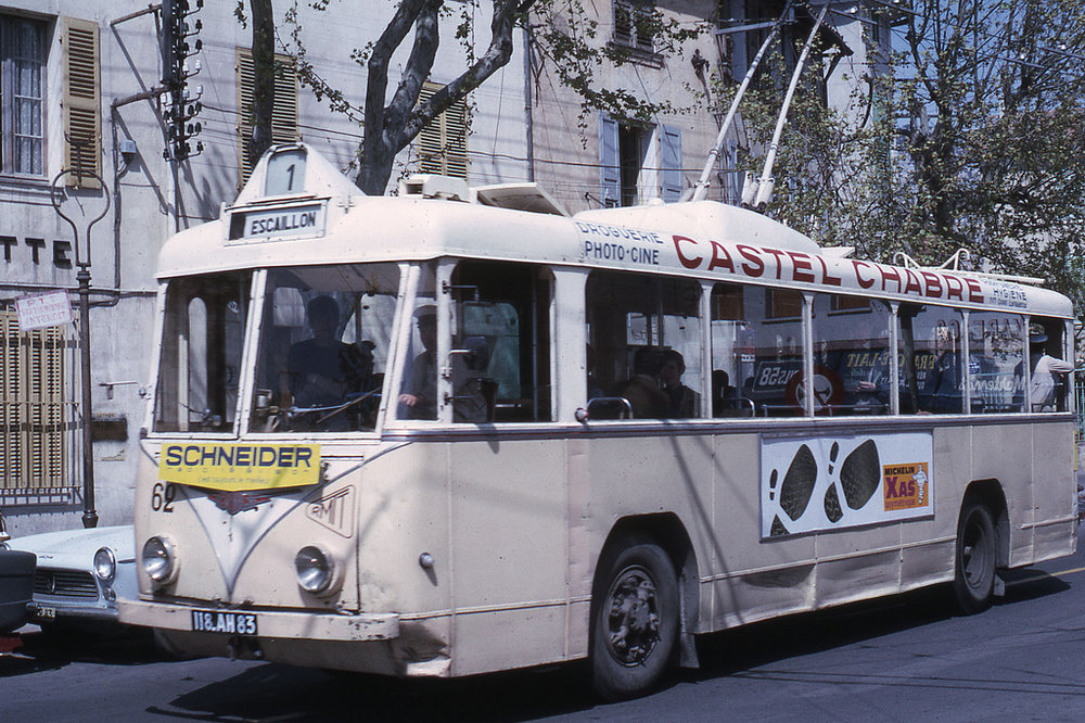 Toulonský vůz typu VBRh ev. č. 62 byl vyfotografován roku 1967. Zanedlouho se měl dočkat nové podoby, která je představena napravém snímku.(foto: Jean-Henri Manara)