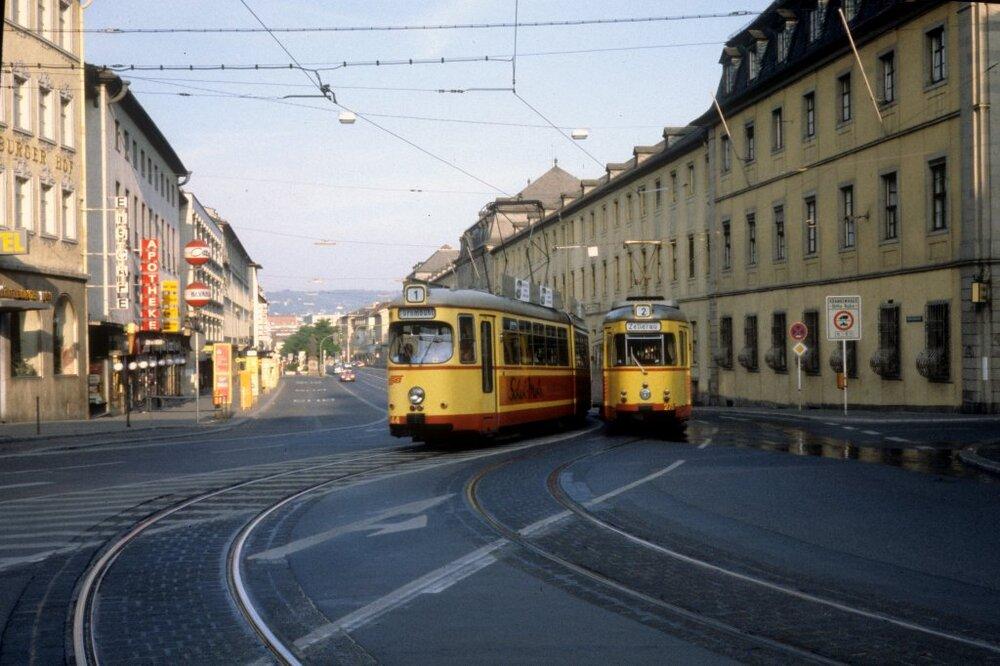 Tento snímek pochází z roku 1979 a ukazuje tramvaje Düwag GTW-D8, s nimiž se můžete příležitostně potkat v ulicích města i dnes. Poslední provozní kusy nahradí nové tramvaje Heiterblicku. (foto: Wikipedia.de)