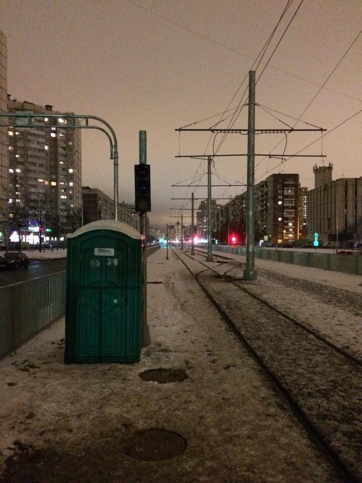 Na konečné Irinovskij prospekt je provizorně umístěno mobilní WC pro řidiče. Na prospektu Nastavnikov zatím nemohou jezdit auta. (foto: TKK)