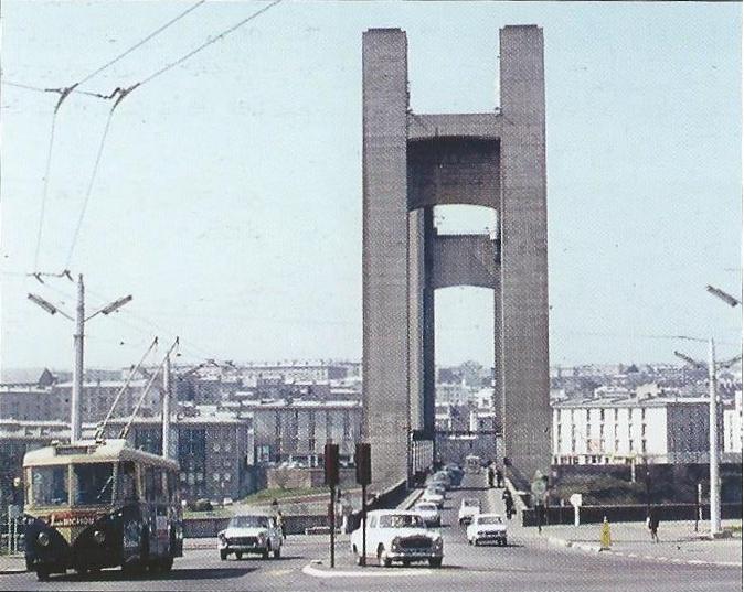 V bretaňském Brestu byl přes řeku Penfeld vletech 1950 až 1954 budován zdvihací most Recouvrance. Nasnímku z15. dubna 1967 jej právě nalince č. 2 překročila VETRA VBRh. (foto: Ch. Buisson)