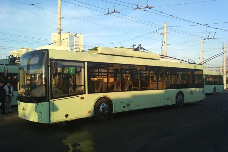 Nový trolejbus na snímku z minulého týdne. Je uzpůsoben pro jízdu bez trolejí na vzdálenost do 15 km. (foto: blizko.by)