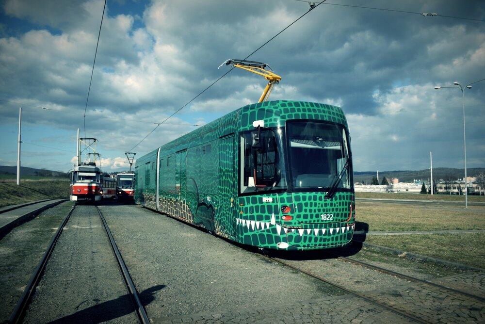 Nová tramvaj EVO2 brněnského DP v maskovacím provedení. (foto: DPMB)