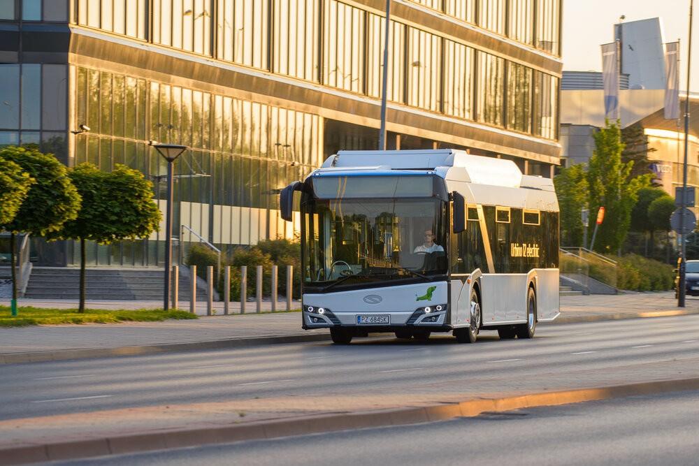 Tento snímek nám představuje elektrobus Solaris Urbino 12 electric. Podobně bude vypadat také upravené Trollino. Po klasických sběračích budete u vozidla pátrat marně. (foto: Solaris Bus & Coach)