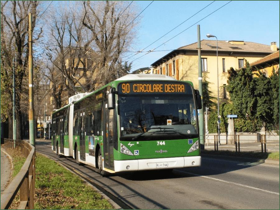 Milánský trolejbus. Primátor Milána, Giuseppe Sala, je podporovatelem trolejbusové dopravy a na počátku roku 2020 slíbil brzké zahuštění provozu na páteřních trolejbusových linkách 90 a 91. (foto: autobusweb.com)