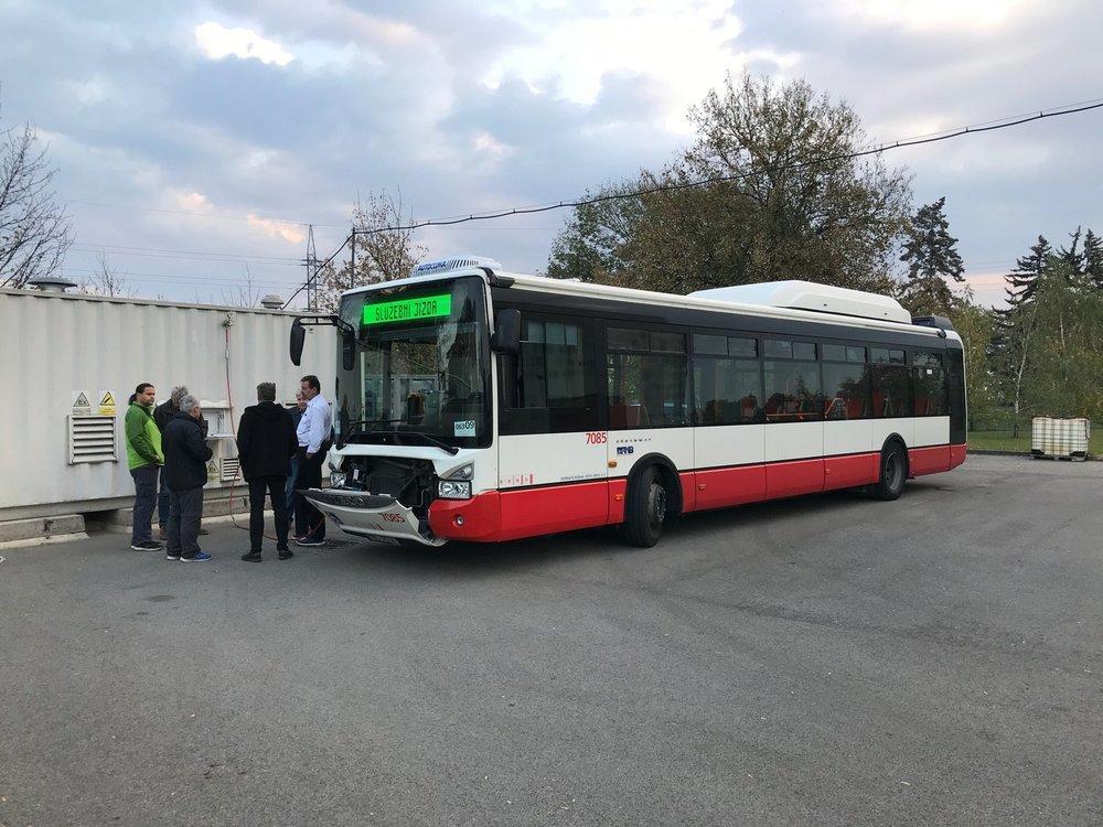Autobus Iveco Urbanway 12m CNG ev. č. 7085 během plnění na stanici u čističky. (foto: DPMB)