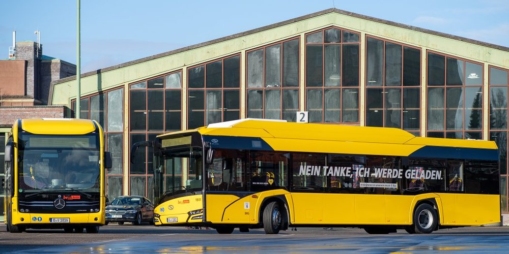 Nově dodané elektrobusy berlínského DP – Mercedes-Benz eCitaro a Solaris Urbino 12 electric. (foto: BVG)
