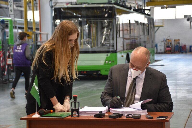 Z podpisu dne 27. 4. 2020. V pozadí vidíme jeden z posledních vozů pro Charkov, který si loni objednal 57 sólo vozů a už jich má téměř 50. (foto: Луцька міська рада)