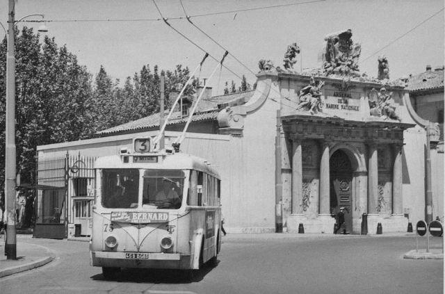 V květnu 1963 byla natoulonské ulici Anatole France, před bránou Arsenal, zachycena (ex-bordeauxská) VETRA VCR ev. č. 75. Roku 1976 byla monumentální brána přemístěna asi o200 m doleva a otočena o90 °. Přesun stavby se děl nakolejnicích. Od roku 1981 slouží brána jako vstup do muzea de la Marine. (foto:RMTT / sbírka ASBTP)