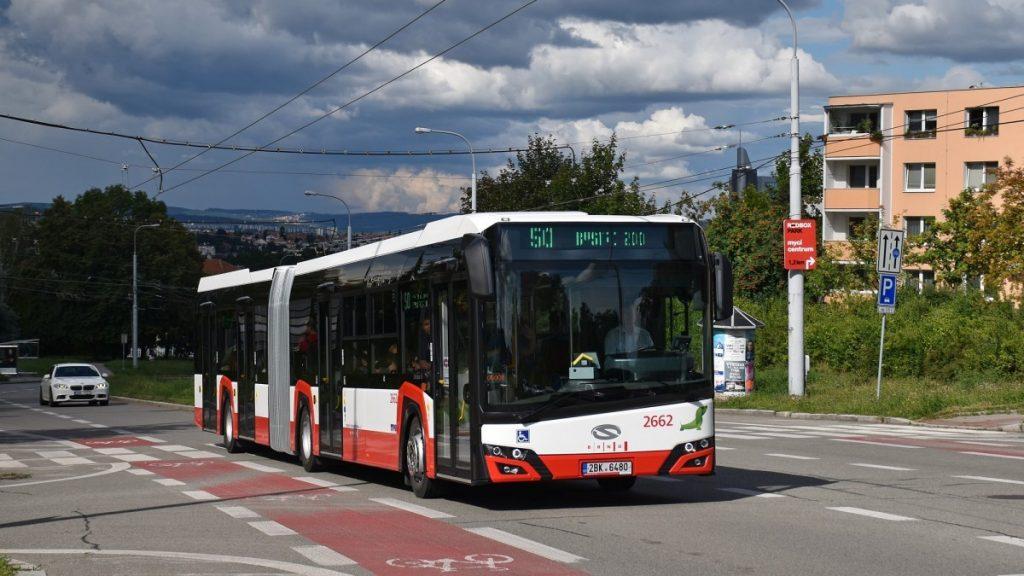Autobus Solaris Urbino 18 na ulici Petra Křivky za zastávkou Čtvrtě v městské části Nový Lískovec. (foto: Ing. Filip Novotný)