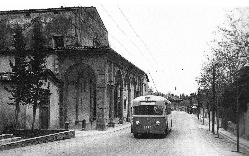 Ve Florencii v minulosti trolejbusy jezdily na rozsáhlé síti. První úsek byl zprovozněn v roce 1937, poslední pak uzavřen v roce 1973. Trolejbus Fiat 656F/121 ev. č. 2012 na fotografii patří k první 14kusové sérii z roku 1937, která ve městě zahajovala provoz. (zdroj: Wikipedia.org)