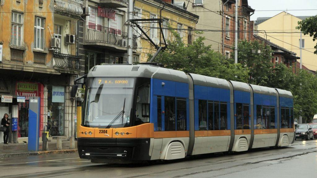 Tramvaj Pesa 122 NaSF v ulicích Sofie. Pro Sofii šlo o první moderní nízkopodlažní tramvaje. (zdroj: Wikipedia.org)