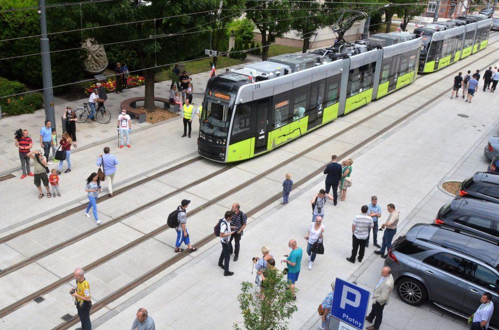 Dvojice tramvají Pesa Twist před katedrálou čeká na první výjezd na linku. (foto: Pesa)