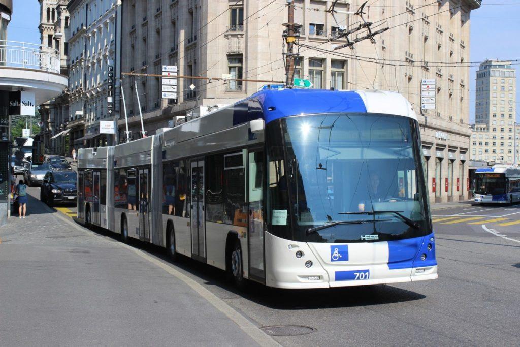 První tříčlánkový trolejbus v Lausanne pochází z produkce tradičního švýcarského výrobce trolejbusů HESS. (foto: Jürgen Lehmann)