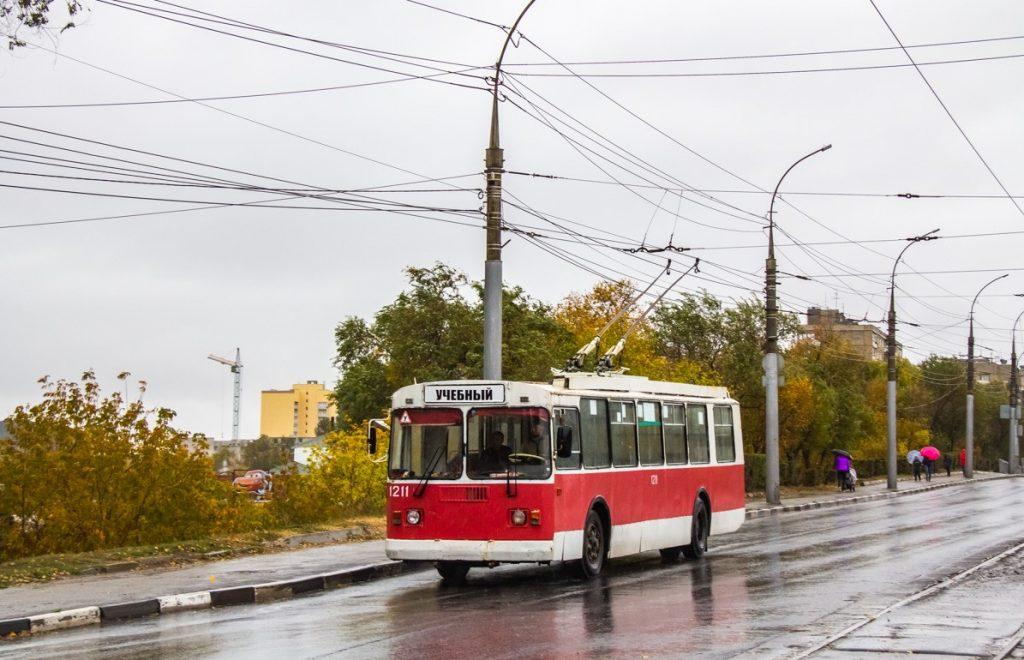 Na snímku z října 2019 vidíme saratovský trolejbus typu ZiU-52642. Kdo by to byl řekl, že je vůz ještě relativně mladý, neboť byl vyroben teprve v roce 2007 a už roku 2015 se stal autoškolou. (foto: M. V. Fandjušin)
