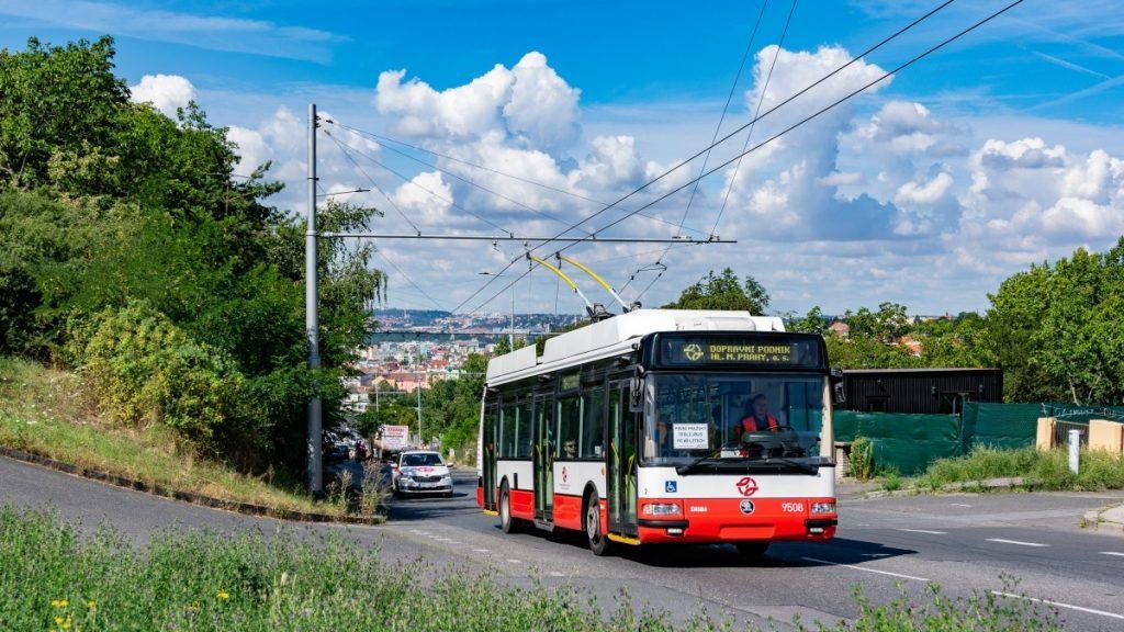 Trolejbus Škoda 24 Tr pražského DP při první zkušební jízdy na slavném fotomístě. (foto: Honza Tran)