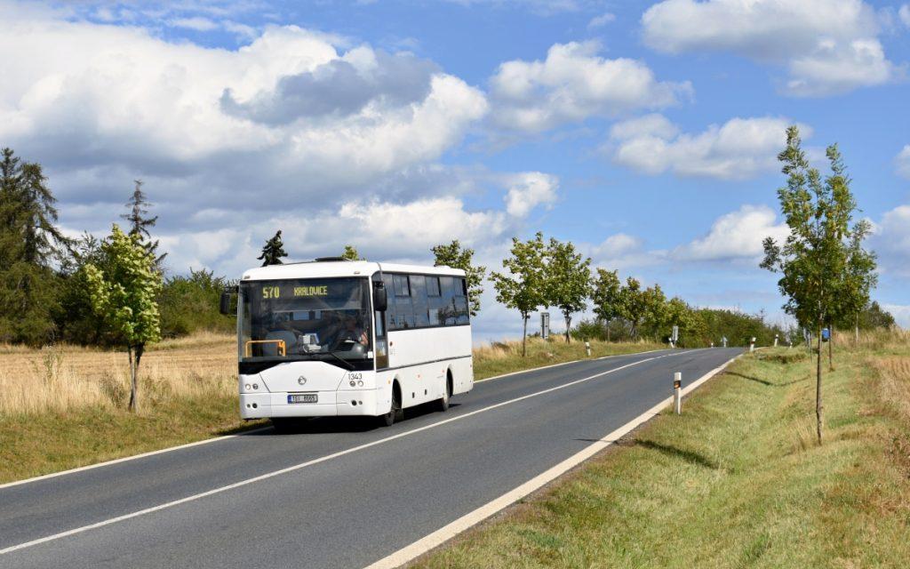 Sněhobílý Irisbus Midway 9.7M dopravce LEXTRANS BUS klesá při jízdě na lince 570 z obce Příčina do zastávky Petrovice, statek. (foto: Matěj Stach)