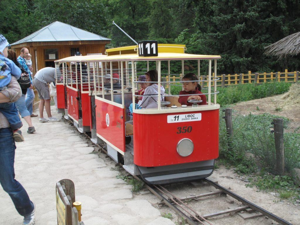Dětská tramvaj v pražské ZOO. zdroj: wikipedia.org; autor: Dezidor)