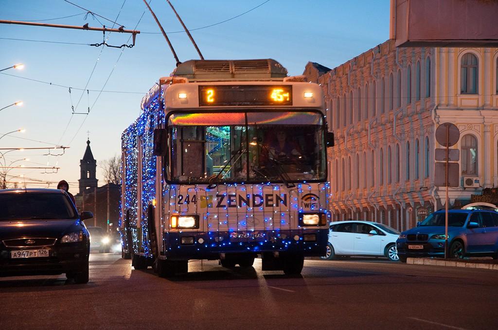 """Snímek tzv. """"novoročního trolejbusu"""" z prosince 2014. (foto: Администрация города Ставрополя)"""