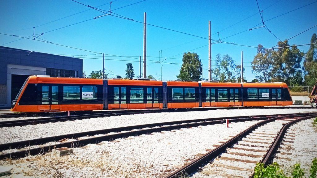 První dodaný vůz Alstom Citadis X05 v Athénách v oranžovém laku, který vzešel z podezřelé ankety.  (foto: Alstom)