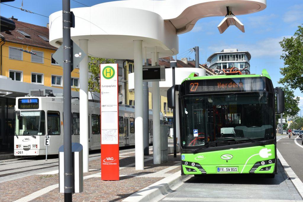 Jeden ze dvou elektrobusů Urbino 12 electric, které ve Freiburgu jezdí od letošního února. Snímek pochází ze zastávky Europaplatz, kde bylo vybudováno prozatím jediné rychlonabíjecí místo. (foto: Libor Hinčica)