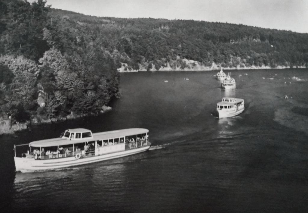 Známá pohlednice s flotilou lodí brněnského DP, které si vyráběl sám dopravce. Dvě lodě zhotovil na existujících trupech, dalších 6 vyrobil kompletně pro své potřeby a 5 pro cizí zákazníky. (sbírka: Libor Hinčica)