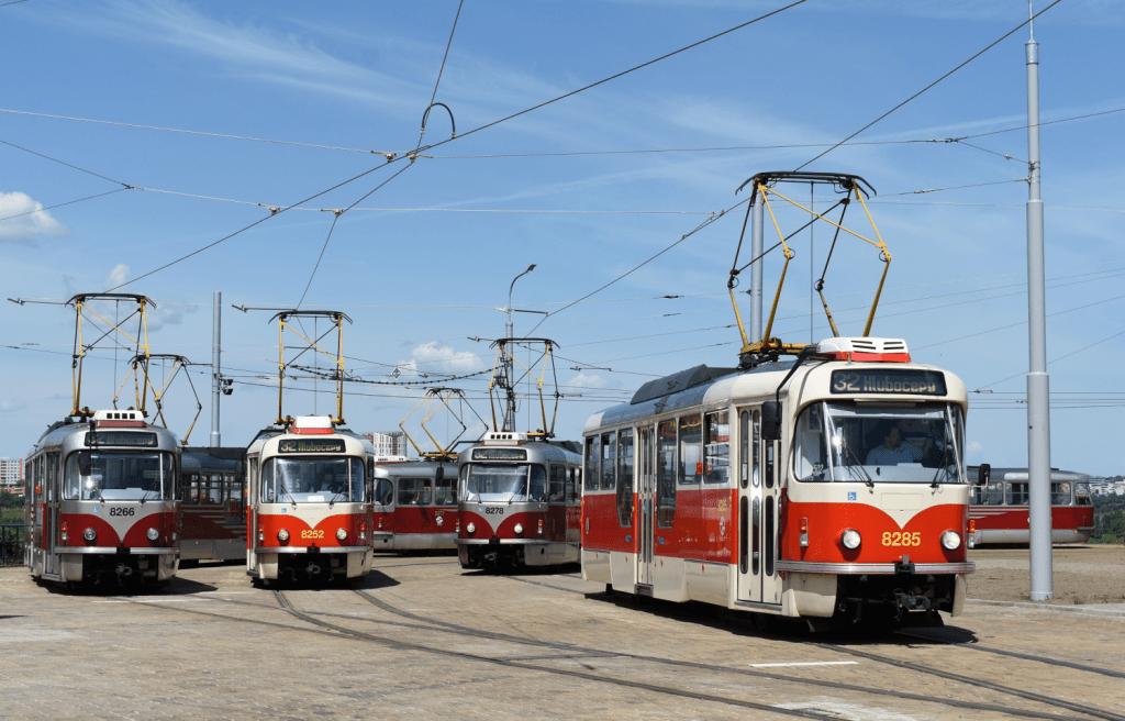 Přehlídku tramvají T3R.PLF si mohou zájemci o dopravu vychutnat během výluky na Smíchově, kdy je část vozů odříznuta na barrandovské trati. (foto: Libor Hinčica)